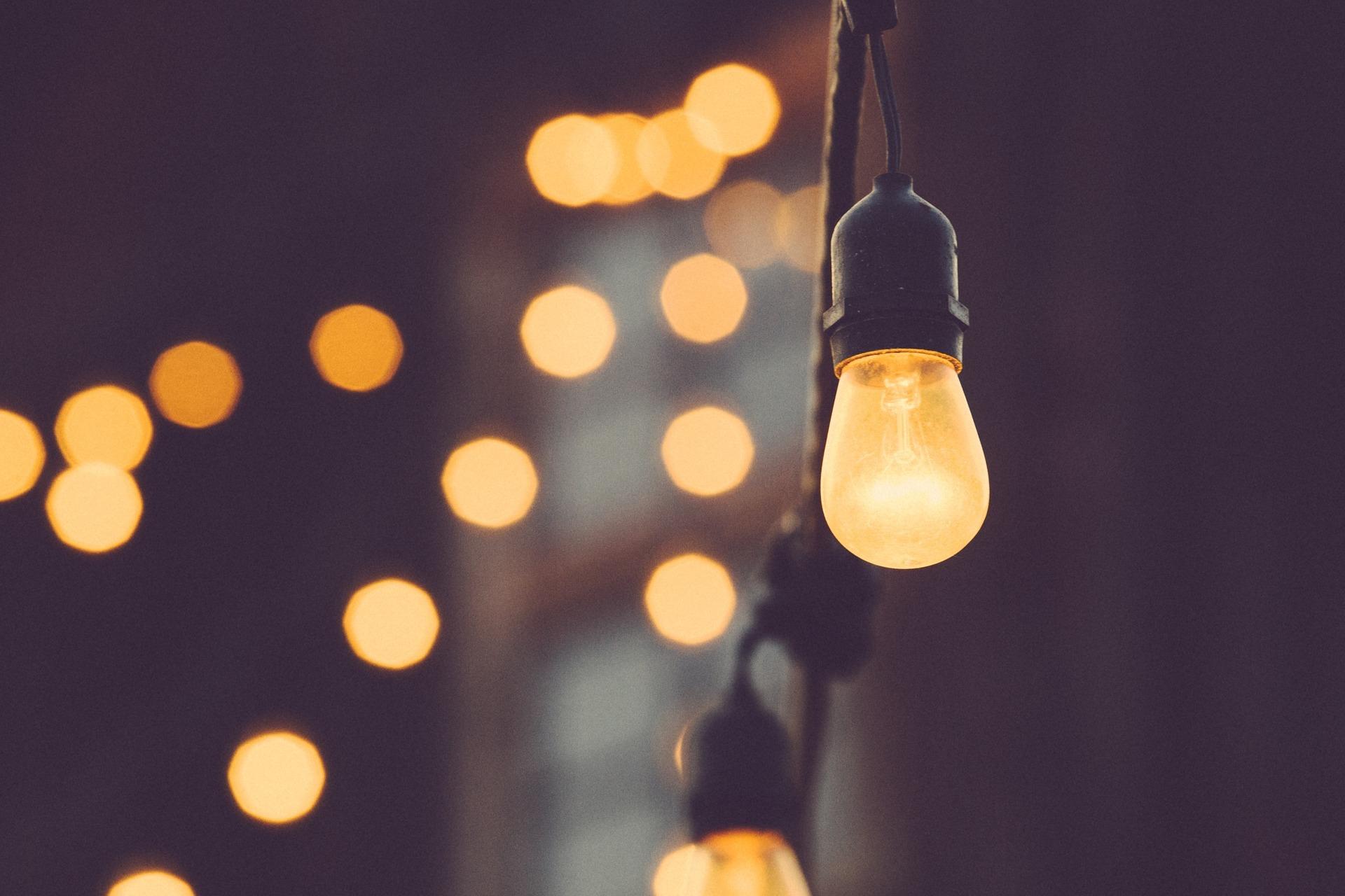 light-bulb-1209491_1920